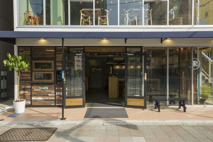 蔵前駅A2出口を出てすぐのところにある「en cafe」。2018年4月にオープンしたばかりのこちらのカフェは、スタイリッシュで開放的な空間が魅力です。1階はイートインスペースもあるテイクアウトコーナーで、カフェは2階へどうぞ。3階にあるマーケットではお店選りすぐりの雑貨などが並びます。