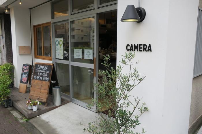 蔵前駅から徒歩約5分の場所にある「CAMERA(カメラ)」。カバンや小物などのレザーアイテムを取り扱うショップに併設した、話題のカフェです。