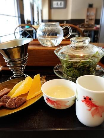 茶器が一式揃って出され、自分のペースでいただくことだできます。贅沢な時間も相まって、香り高い中国茶をじっくり味わうことができそうです。お気に入りのお茶が見つかったら、1階で茶葉をお土産に買うのもいいですね。