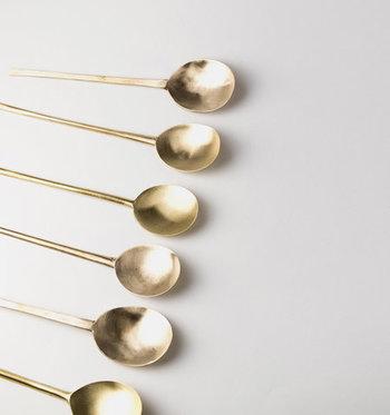 アンティークのスプーンを磨き上げてリメイクした、味わい豊かなスプーンです。細長い柄と浅いくぼみが特徴で、底に残ったスープもきれいにすくうことができます。
