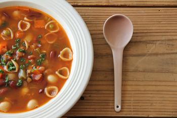 「陶器」と「磁器」のいいとこ取り。温かみと使い勝手の良さを併せ持つ、半磁器のスプーンです。口当たりがツルンと柔らかで、スープに欠かせない相棒になってくれそう。