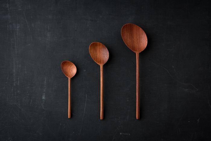 自然の木目を生かし、手彫りで温かみたっぷりに仕上げたカリンの木のスプーン。ナナメになった匙は単なる遊び心ではなく、利便性もしっかり配慮されているんですよ。