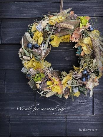 しっとりとした秋の雰囲気をたたえたリースやスワッグ。玄関の扉やお部屋の壁に飾れば、季節の香りを暮らしの中にナチュラルに取り入れることができます。さて、この秋は、どんなリース&スワッグを楽しみますか?