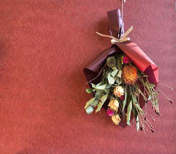【栗などをあしらった実りの秋のスワッグ】 秋の味覚の代表格である栗や、紅色の吾亦紅など季節をあらわす植物や実を使ったスワッグ。プレゼントにするのも喜ばれそうですね。
