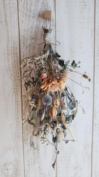 【詩情ゆたかな秋の表情の大きめスワッグ】 あせた色調の花材や麦などを合わせた、秋らしいアンティークな雰囲気が魅力的。35㎝程度の大きなドライフラワースワッグは、ドアや壁などに飾ればナチュラルな存在感を与えてくれます。
