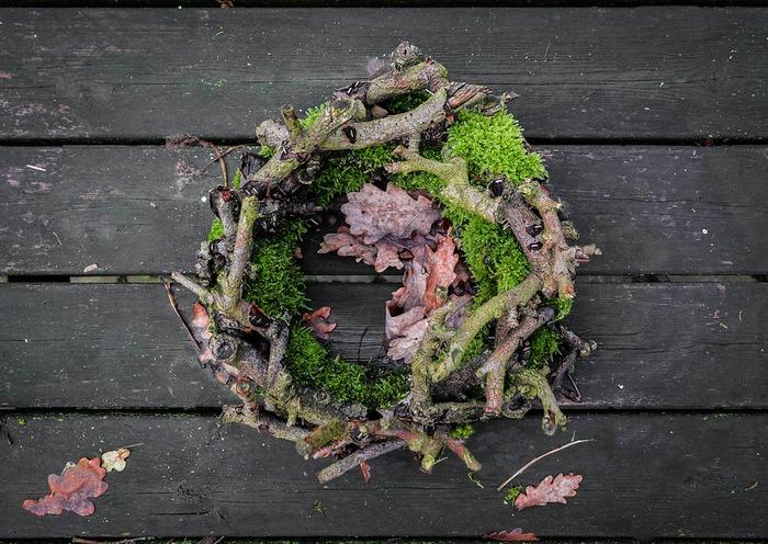 秋は、ハンドメイドが楽しい季節。森や公園などを散歩しながら枯葉や枝を集め、秋の森を思わせるナチュラルなリース&スワッグを手作りするのも素敵。しっとり落ち着いた色の植物や木の実なども使って、ぜひ季節感あふれるリース&スワッグを楽しんでみましょう。