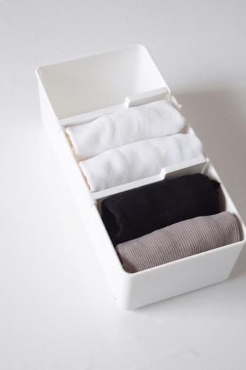 仕切り板が好きな位置に動かせるニトリの下着ケース。厚みのある靴下も薄手の靴下も、しっかり固定できるので管理が楽に。 2つ折りにたたんだときにちょうど良いのは、Mサイズです。