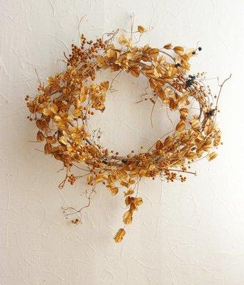 【秋風に踊る季節の実のリース】 心地いい秋風に踊る秋の実をイメージしたリースだとか。山芋のつるやヤイト花の実、野ぶどうなどを使った、季節の森を思わせるナチュラルリースです。