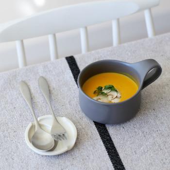 太い取っ手がアクセントになった、モダンなスープマグ。一体成型で作られているため取っ手と本体につなぎ目がなく、バランスの良い持ちやすさを叶えています。