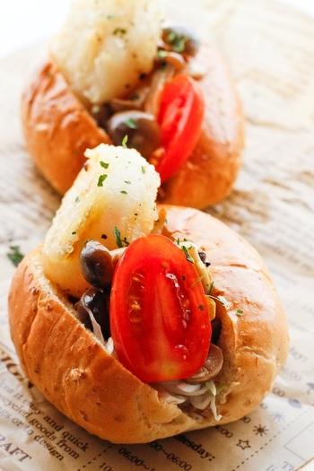 ホタテやきのこをサンドしたホットドッグ。 千切りにしたキャベツが食感のアクセントに♪いしく仕上げるポイントは、ホタテの外はカリッと、中は半生で焼くこと。 魚介を手軽にいただける、オススメのアレンジレシピです。