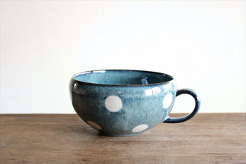 伝統的な美濃焼に大きなドットをあしらった、存在感のあるスープカップ。深い海のようなブルーにやわらかな白がよく映えます。