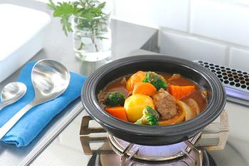 土鍋としても使える、耐熱土性のお皿です。直火にかけられるのでコンロごと食卓に出したり、1人分ずつコンロで温め直すこともできます。