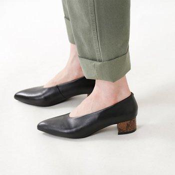 チャンキーヒールを生かして、さりげなくパイソン柄を施してあるこちらのパンプスは、甲の履きこみが深めで、ちょっぴり個性的。革の質感が上質で、ずっと大切にしたくなりそうです。
