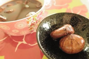 秋の味覚・栗を使った「栗の渋皮煮」の作り方とアレンジレシピをご紹介しました。 ラム酒、コーヒー、紅茶など、色々な風味の渋皮煮を作って、食べ比べるのも楽しそうですよね。  ぜひ、今年の秋は手作りの渋皮煮を作ってみてください。