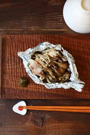 秋の味覚を詰め込んだ、トースターで作れるお手軽包み焼きレシピです。塩胡椒と酒、柚子こしょうだけのシンプルな味付けで、素材の旨味を引き立てます。簡単なのに贅沢な気分を味わえるおすすめレシピです。
