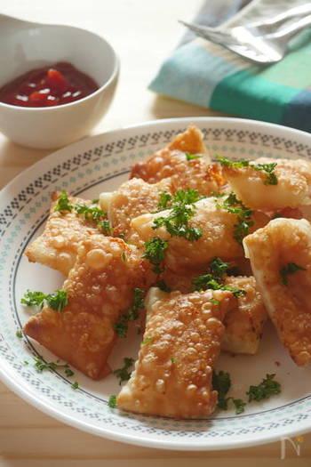 チーズやミニトマトを使い、揚げ焼きにしてお手軽おつまみに。お子さんにも喜ばれる味です。餃子の皮が余ってしまっても、揚げることでまた違った楽しみ方ができますね。