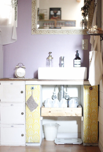 次いで人気のある場所は洗面所。下着とセットで収納されるお家が多いです。 お風呂上がりに履く派はもちろん、朝の身支度を終え、最終チェックする洗面所で靴下を履いてお出かけしたい人にとってもスムーズ◎