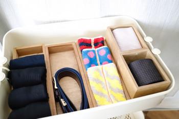 クローゼット内では洋服と同じ引き出しには入れず、ファッション小物といっしょに別に収納スペースを取ると、散乱するのを防げます。
