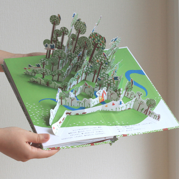 作:アヌック・ボワロベール、ルイ・リゴー/訳:松田 素子/出版社:アノニマ・スタジオ  続いてご紹介するのは、自然豊かな森を舞台にした絵本「ナマケモノのいる森で」。こちらはフランスの絵本作家、アヌック・ボワロベールと、ルイ・リゴーの作品です。6つのポップアップページには、森の木々や動物たちが飛び出す楽しい仕掛けが施されています。