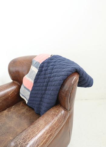 """『""""洗いざらしのよさ""""を感じるガーゼ服』を作り続けるブランド「ao daikanyama」が「salvia」とコラボして生まれたブランケット。コットンを起毛した温かなキルティング生地に、salviaのコットンウールの織り生地を組み合わせました。内側は、なめらかで心地いい肌触りのガーゼ生地だから、赤ちゃんのおくるみやベビーカー用のブランケットとしてもオススメです。"""