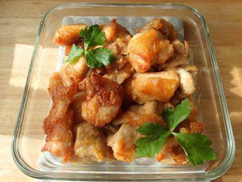 鶏もも肉に下味をつけて、衣をつけオーブンで焼くだけの簡単レシピ。 作業時間5分ほどで完成し、冷蔵保存で3日くらい日持ちします。油で揚げないのでヘルシーなのも◎ 白だしや中華スープの素を使って味に変化をつけたり、南蛮漬けにアレンジしたりするのもオススメ。 片栗粉を少なめにまぶすのが、サクサクのからあげをつくるポイントです。