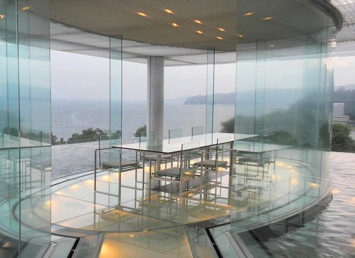 熱海駅から500mほど。相模湾を望む高台に位置する「ATAMI 海峯楼 (かいほうろう)」は、隈研吾氏の設計が話題を呼んだ、客室数4室のスモールラグジュアリー系ホテルです。 ※画像は水盤上のダイニングスペース「ウォーターバルコニー」。1日1組の宿泊者のみの贅沢空間*記念日にいかが。