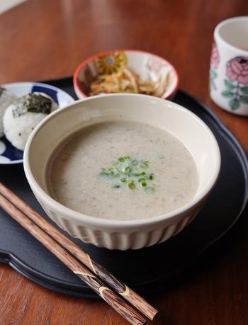 里芋とごぼうが入った豆乳のポタージュ。優しい味わいで朝ごはんや夜食にもおすすめです。野菜もたっぷり採れてヘルシーなので、ダイエット食として利用しても◎