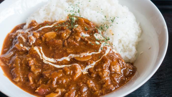 現在日本で広く知られているハッシュドビーフは、もともとはイギリス料理の「薄切り牛肉をソースで煮込んだ料理」がルーツ。私たちが現在食べているものとは味付けも大きく異なるものでしたが、明治以降、日本の洋食としてデミグラスソースで薄切り牛肉を煮込んだものが「ハヤシライス」として親しまれるようになりました。