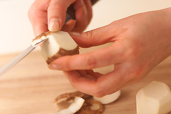 里芋には独特のぬめりがありますので、皮をむくのに苦労しますよね。皮をむく前にたわしを使ってよく洗い、乾かすのがポイント。そうすることでぬめりが減り、皮がむきやすくなります。他にも丸くしたアルミホイル使って、こすってむくこともできますよ。