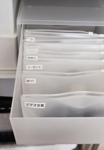 スライダーケースはマチがない分、立てる収納に大活躍。ボックスの中でスマートな収納が叶います。 同じ無印良品のPPケース(深型)にぴったりなサイズなので、お持ちの方は組み合わせるのもおすすめ。