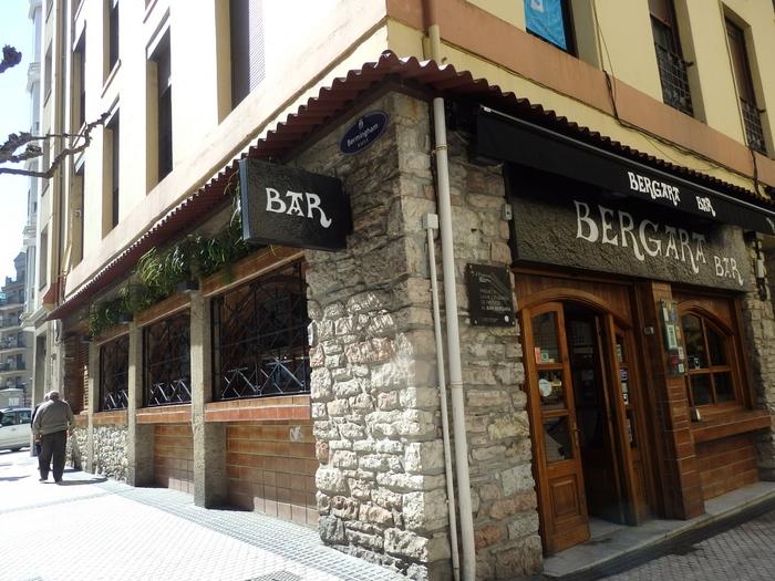 バルの聖地と呼ばれるサン・セバスチャンで「ここは外せない」という1軒が『ベルガラ』。業界が注目するピンチョスコンクールで数々の賞を獲得してきた実力店です。