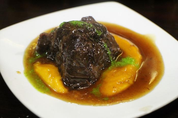 グルメファンたちのほとんどがここで食べるのは「ほほ肉の赤ワイン煮込み」。柔らかく肉がとろける絶品です。