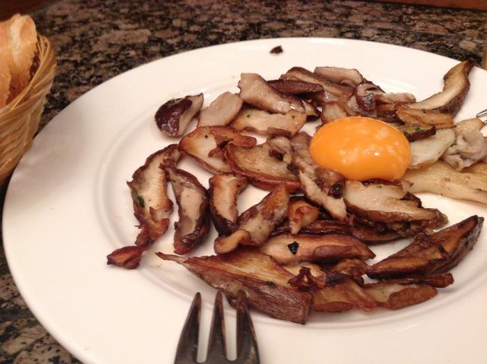 こちらは日本ではなかなか食べられないボルチーニのソテー。卵の黄身を絡めることで、マイルドなコクがプラス。
