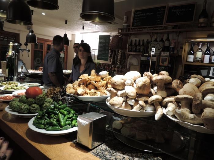 まず1軒目は、お腹に優しいキノコ料理から。 『ガンバラ』は季節のキノコ各種が味わえる人気店。シンプルに素材の美味しさを楽しめるメニューが揃っています。
