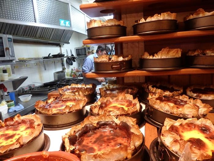 さて、最後にシメのデザートも忘れられませんね。 サン・セバスチャンで食べるスイーツといったら、『ラ・ヴィーニャ』のチーズケーキをおいて他にありません!トロッと滑らかで濃厚。見た目よりも重たさはがないので、たくさん食べたあとにも意外にペロリと完食できてしまいます。