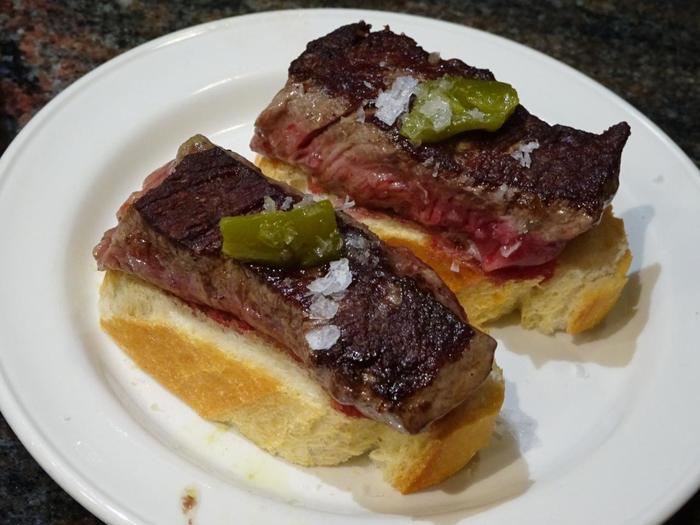 肉好きさんには、こちら。肉厚のソロミージョ(ヒレのステーキ)がパンに乗った贅沢ピンチョス。1つ2.74ユーロ(2018年4月時点)という嬉しいリーズナブル価格。
