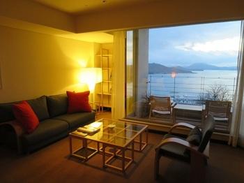 すべての客室から海を一望。島の1つ1つに灯りがともる夜景は忘れがたい思い出になりそう。