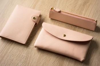 お財布やペンケース、ブックカバーやキーケースなど、気に入ったデザインの革小物をお揃いにできることも魅力です。 セットオーダーや期間限定イベントで、お得にゲットできるチャンスもあります。