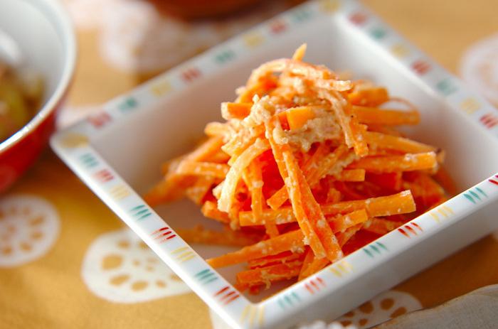 電子レンジで加熱したニンジンに、クルミや白みそなどでつくった調味料を和えたレシピ。甘めの和え物なので、お子様でもおいしくいただけそうです。ニンジンをインゲンやほうれん草などに代えて、アレンジしてみるのも美味しそうですね♪