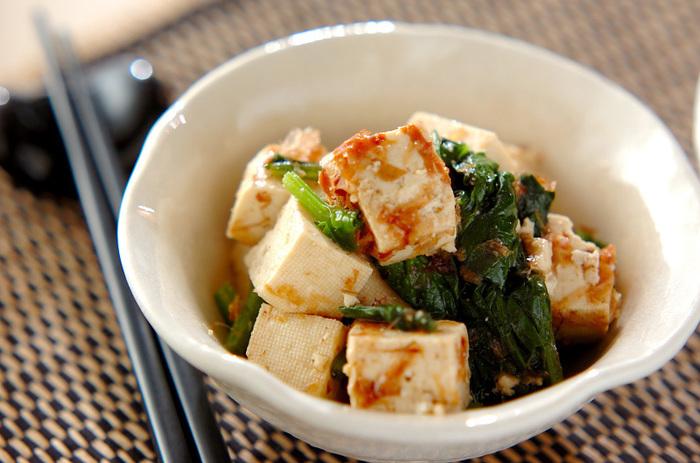 豆腐と青菜をタレで和えて、ごま油で風味とコクをプラス。青菜がなければ、ほうれん草などの野菜に代えてもおいしくいただけそう。薄口しょうゆやコショウなど、自宅に常備している調味料で手軽につくれるのも◎。