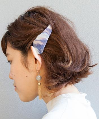 誰でもできる、バレッタを耳上で留めるだけのアレンジ。耳上にヘアアクセを付けるアレンジは、用いるヘアアクセによっては何だか学生のように見えてしまうこともあるので、デザイン性が高いものやスタイリッシュで洗練されたものを選ぶのがポイントです。