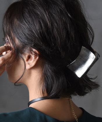 クールで大人っぽい印象のメタルのヘアクリップ。髪はきっちりと分けずに、ざくざくっとまとめてラフに仕上げると今っぽくなります。