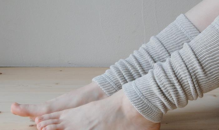 靴下も履いているのに、まだ足元が冷える…そんなときはレッグウォーマーが便利♪こちらのレッグウォーマーは薄いのでボトムの内側に仕込んでも。ほんのり優しい霜降り柄が素敵です。