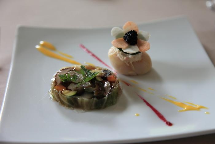 軽井沢の地産地消をコンセプトとしている「ドメイヌ ドゥ ミクニ」。前菜の野菜のテリーヌは芸術作品そのもの。