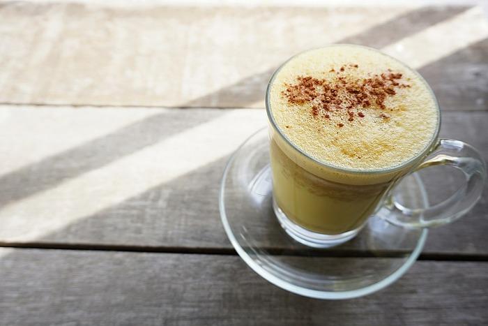 チャイの風味に少し似たゴールデンミルクは、好みによっていろいろなアレンジも楽しむことができます。 風邪の引き初めや美容、毎日の体調管理にぴったりのドリンク。黄金色に輝くゴールデンミルクを、日々の暮らしに取り入れてみませんか。
