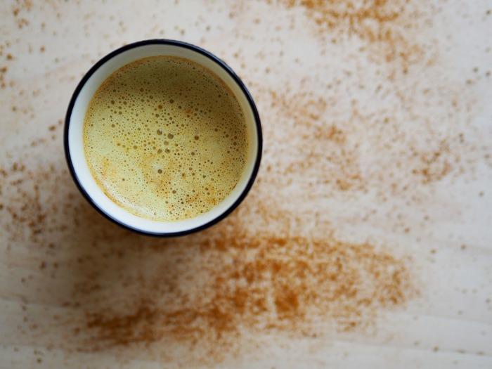 ターメリック(ウコン)色に色づいた黄金色のゴールデンミルク。ターメリックは、カレーのスパイスに使われたり、日本ではたくあんや辛子の色付けに使われていますね。