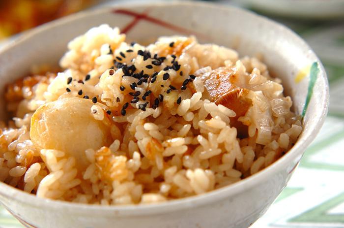 里芋などの材料をバターで炒めて、炊飯器で仕上げる混ぜご飯。シンプルで作りやすく、おかずともよく合います。キノコやレンコンなどの野菜をくわえても、美味しくなりますよ。