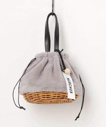 取っ手のついた巾着型かごバッグ。コロンとした丸みがレディライクで、コーディネートのアクセントにぴったりです!