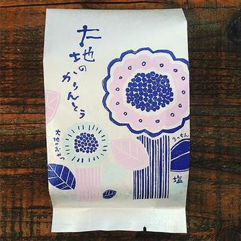 岐阜県産小麦粉、平飼い有精卵、粗糖などの厳選素材を使用し、純国産米油でていねいに手揚げした「大地」のように力強くて優しい素材感あふれるかりんとう。素朴で優しい甘さの「黒糖」、素材のおいしさを自然塩が引き立てる「塩」、岐阜県揖斐川町春日に伝わる在来種のほうじ茶を使った「天空の古来茶」の3種類。(写真は塩味)
