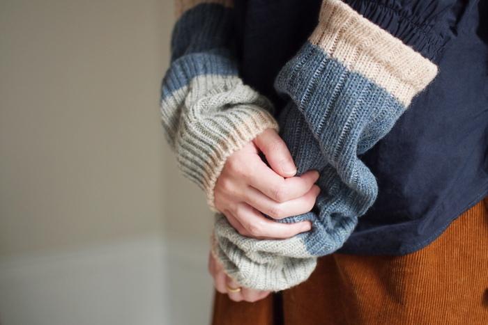 身体で「首」と付く部分は温め必須。国内では少なくなったローゲージの古い靴下編機を使い、関西で50年以上のベテラン靴下職人さんと作ったアイテム。編み目に余裕があり、ゆったりとしめつけの少ないつけ心地です。